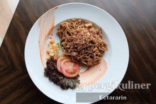 Foto 2 - Makanan(Stir Fried Noodle) di The Socialite Bistro & Lounge oleh Ectararin