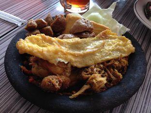 Foto 2 - Makanan(Penyet Komplit Besar) di Warung Bu Kris oleh awakmutukangmakan