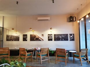 Foto 7 - Interior di Cafe Broker oleh Amrinayu