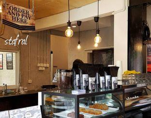 Foto 2 - Interior di Pikul Coffee & Roastery oleh Stanzazone