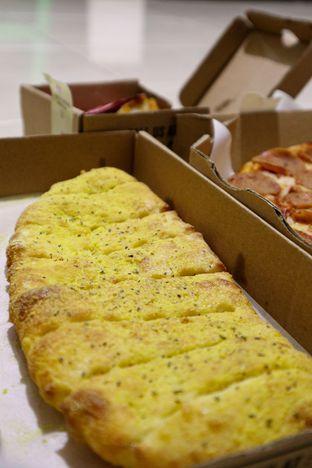 Foto 4 - Makanan di Domino's Pizza oleh thehandsofcuisine