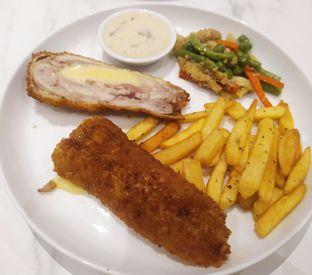 Foto 2 - Makanan(Chicken cordon blue) di Komune Cafe oleh Ester A