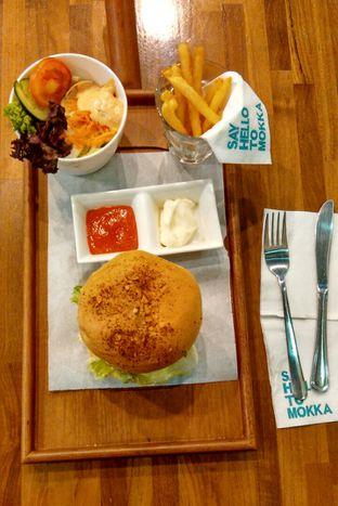 Foto 1 - Makanan(Mokka Cheese Burger set) di Mokka Coffee Cabana oleh Yanni Karina