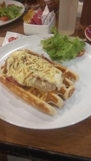 Foto 1 - Makanan(Sausage & Salami Waffle (IDR 63k)) di Pancious oleh Renodaneswara @caesarinodswr