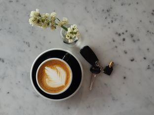 Foto 1 - Makanan(Flat White) di Coarse & Fine Coffee oleh @stelmaris