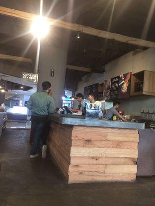 Foto 3 - Interior di Upnormal Coffee Roasters oleh Zahriah Mayasari