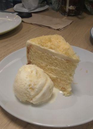 Foto 10 - Makanan(Classic Cheese Sponge Cake with Ice Cream (IDR 70k) ) di Kitchenette oleh Renodaneswara @caesarinodswr
