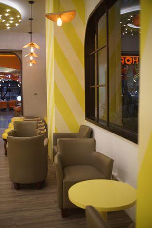 Foto 6 - Interior di Dots Donuts oleh Fadhlur Rohman