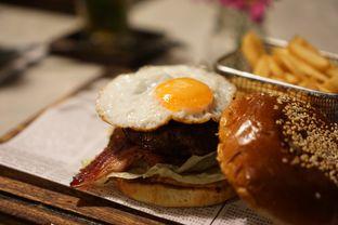 Foto 3 - Makanan(The Comforter Burger) di Miss Bee Providore oleh Fadhlur Rohman