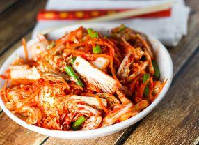 Suka Makanan Korea? Simak Fakta dan Manfaat Kimchi Yuk!