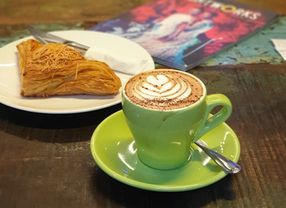 Ini Dia Fakta Kalau Ternyata Caffe Latte Dulunya Disajikan dalam Gelas Bir!