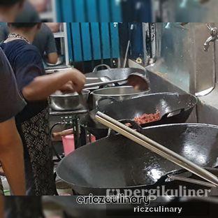 Foto 7 - Interior(Pemasakan Nasi Goreng Merah di Irtim) di RM Irtim Makassar oleh Ricz Culinary