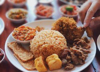 Uniknya 5 Kebiasaan Makan Orang Indonesia, Kamu Pernah Lakukan Ini Tidak?