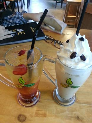 Foto 1 - Makanan(Iced Black Tea Apple & Rum Raisin Frappe Blend) di Coffee Toffee oleh Yulia Amanda