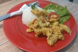 Foto 1 - Makanan(Salted Egg Chicken Rice (IDR 40k)) di Tavor Cafe oleh Renodaneswara @caesarinodswr