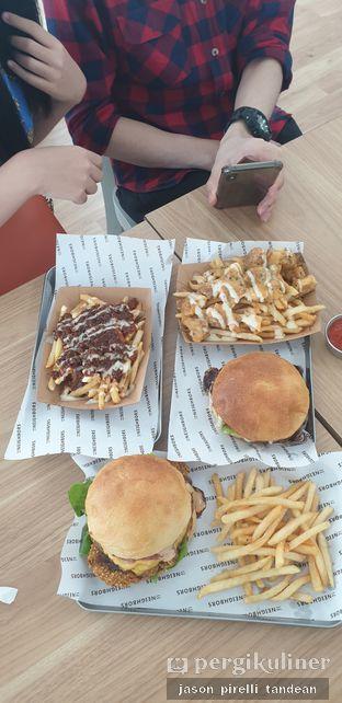 Foto 1 - Makanan(Burger and the Lot) di The Neighbors Cafe oleh Jason Pirelli Tandean