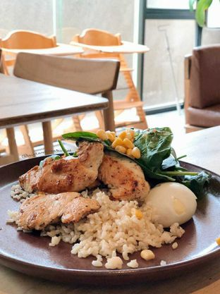 Foto 4 - Makanan(Pan Seared Chicken Breast With Brown Rice) di Mister Sunday oleh Huntandtreasure.id