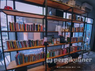 Foto 9 - Interior(Bookshelf) di Maraca Books and Coffee oleh Demen Melancong