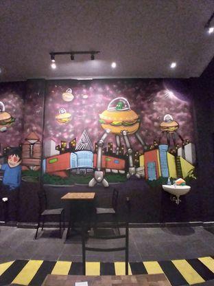 Foto 7 - Interior di FIX Burger oleh Prido ZH