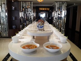 Foto 6 - Interior(deretan tempat 20 macam saus) di Dolar Shop oleh @stelmaris