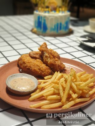 Foto 4 - Makanan(Holy Kim Chick w/ Fries) di Phos Coffee & Eatery oleh JC Wen