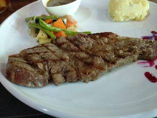 Foto - Makanan(Australian Sirloin A5 200gr (IDR 300k)) di Seven to 7 oleh Renodaneswara @caesarinodswr