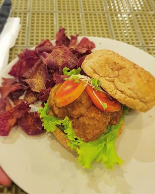 Foto 6 - Makanan di Burgreens Express oleh Hafizah Murdhatilla