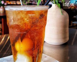 Foto 6 - Makanan(Ice Lychee Tea) di BEAU Bakery oleh Stanzazone