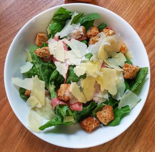 Foto 2 - Makanan(Caesar Salad (IDR 40250 - Nett)) di Bellamie Boulangerie oleh Rinni Kania