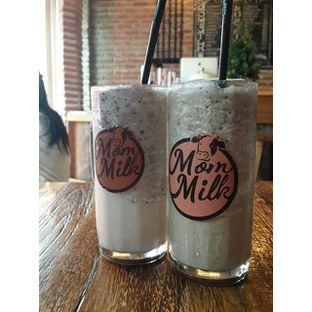 Foto - Makanan(kiri: Cookies Milk, kanan: Caramel Latte Milk) di Mom Milk oleh @stelmaris