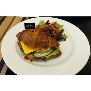 Foto 1 - Makanan(Croissant Chicken Sandwich) di Liberica Coffee oleh melisa_10