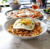 Foto crispy fried chicken drizzled di Nosh Kitchen