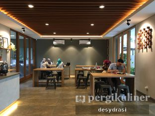 Foto 6 - Interior di Wheels Coffee Roasters oleh Makan Mulu