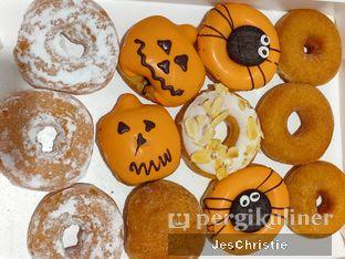 Foto 1 - Makanan(Dozen Doughnut) di Krispy Kreme oleh JC Wen