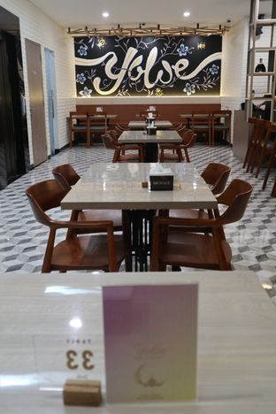 Foto 4 - Interior di Yoloe Cafe and Resto oleh thehandsofcuisine