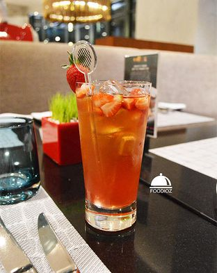 Foto 1 - Makanan(Straberry Ice Tea) di Collage - Hotel Pullman Central Park oleh IG: FOODIOZ