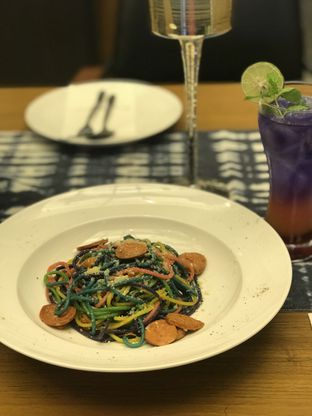 Foto 2 - Makanan(Rainbow Chorizo Aglio Olio) di High Grounds oleh @stelmaris