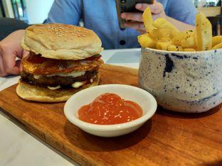 Foto 3 - Makanan(American Classic Burger) di Komune Cafe oleh Komentator Isenk