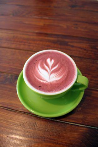 Foto 6 - Makanan(Red Velvet Latte) di Retorika Coffee oleh Wisnu Narendratama