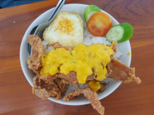 Foto 1 - Makanan(Nasi kulit ayam krispi salted egg) di Diskus Cafe & Bites oleh Fika Sutanto