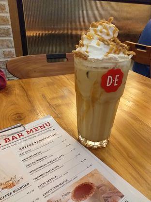 Foto 1 - Makanan(Stroopwafel Caramel Latte) di Douwe Egberts oleh Qorry Ayuni