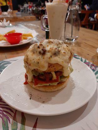 Foto 1 - Makanan(Burger pizza) di Breeve Hills Resto & Cafe oleh Afie Putri