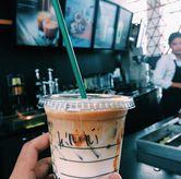 Foto iced caramel macchiato di Starbucks Coffee