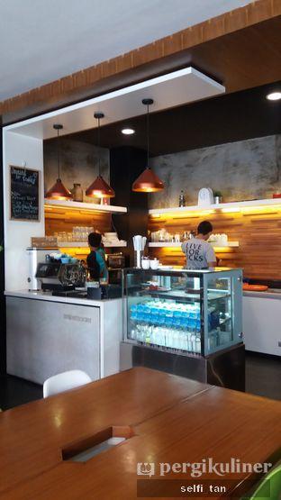 Foto 4 - Interior di Workroom Coffee oleh Selfi Tan