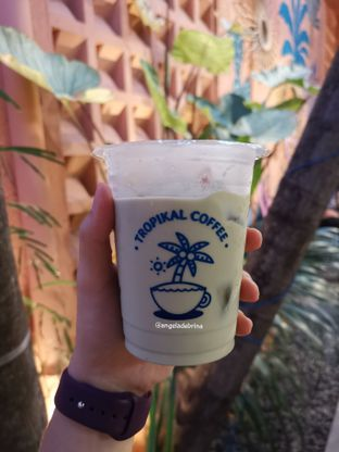 Foto 1 - Makanan(Dreamland Iced Latte ) di Tropikal Coffee oleh Angela Debrina