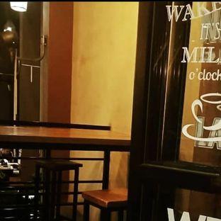 Foto - Interior(Meja ini yang asal cleaning masih sangay kotor padahal new normal) di Eightfully Milk & Coffee Bar oleh Yunita Pranita