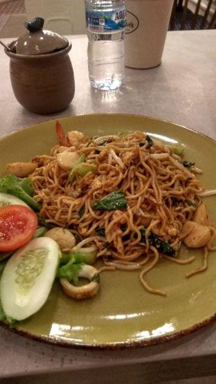 Foto 2 - Makanan(Mie Goreng Seafood (IDR 40k) ) di Bakoel Bebek oleh Renodaneswara @caesarinodswr