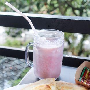 Foto 1 - Makanan(Strawberry milkshake) di Dago Bakery oleh Stellachubby
