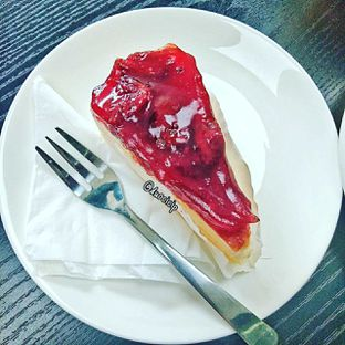 Foto 4 - Makanan(Strawberry Cheesecake) di Yoshi! Coffee oleh duocicip