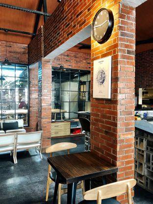 Foto 16 - Interior di Kolonial Bistro & Roastery oleh kdsct